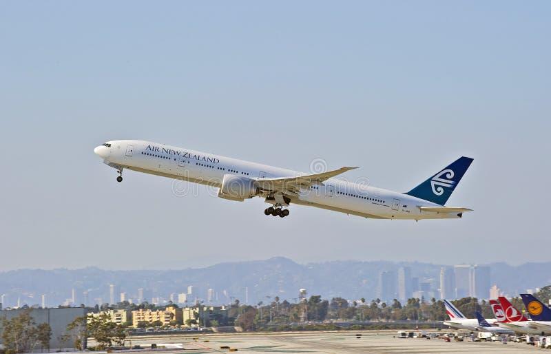 Nyazeeländska flygbolag Boeing 777-319 avgå Los Angeles royaltyfri foto