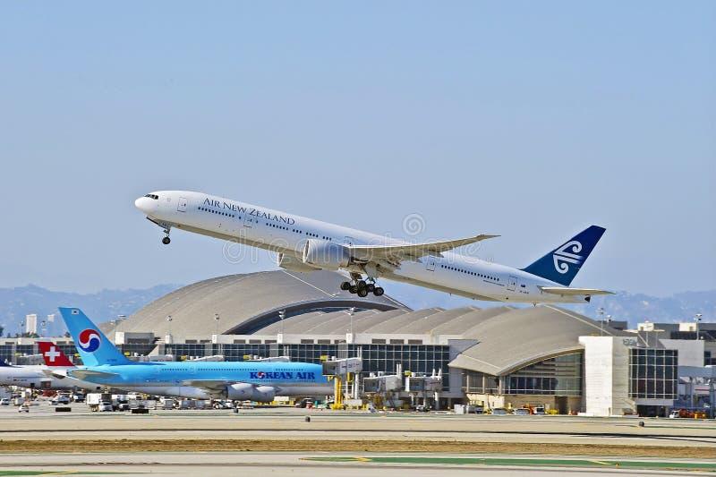 Nyazeeländska flygbolag Boeing 777-319 avgå Los Angeles fotografering för bildbyråer