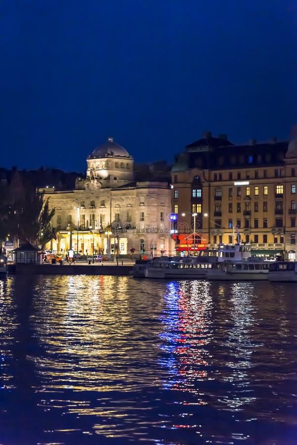 Nybroplan teren w Ostermalm okręgu z Królewskim Dramatycznym Theatre przy nocą, Sztokholm, Szwecja zdjęcia royalty free