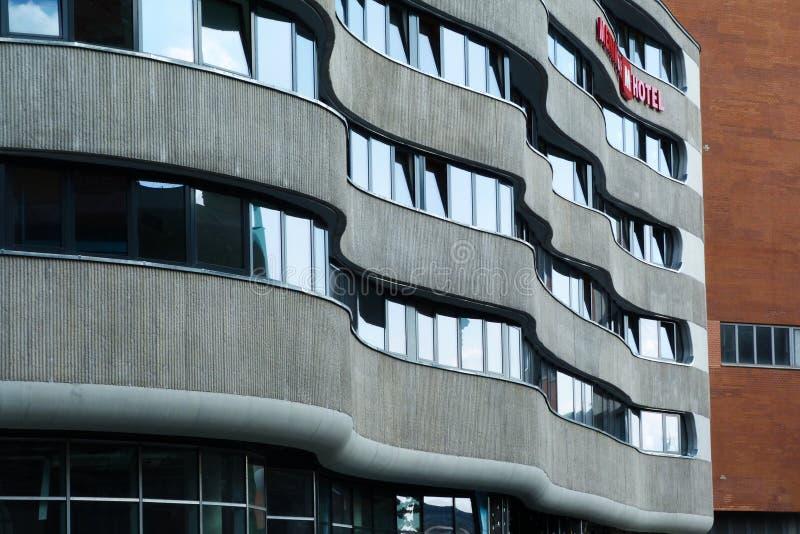Nybyggd modern konkret hotellbyggnadsyttersida arkivfoton