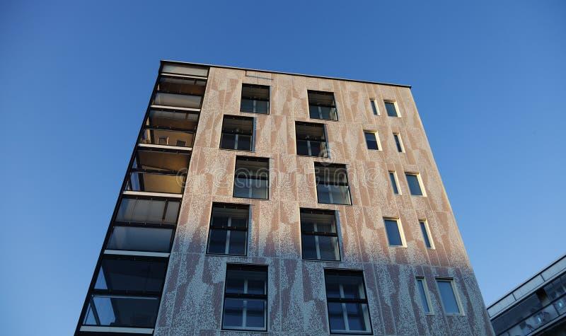 Nybyggda moderna lägenheter i staden arkivfoton