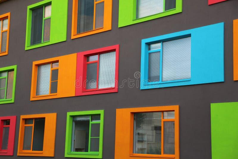 Nybygge med färgade fönster royaltyfri foto
