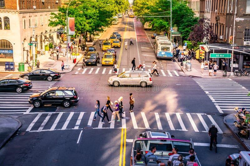NYC交叉点拥挤了与繁忙的人民、汽车和黄色出租汽车 偶象交通和每日街道事务在曼哈顿 免版税库存照片