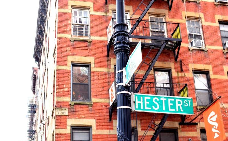 NYC唐人街喜士打街标志下东城曼哈顿廉价公寓公寓老邻里减速火箭的样式 库存图片