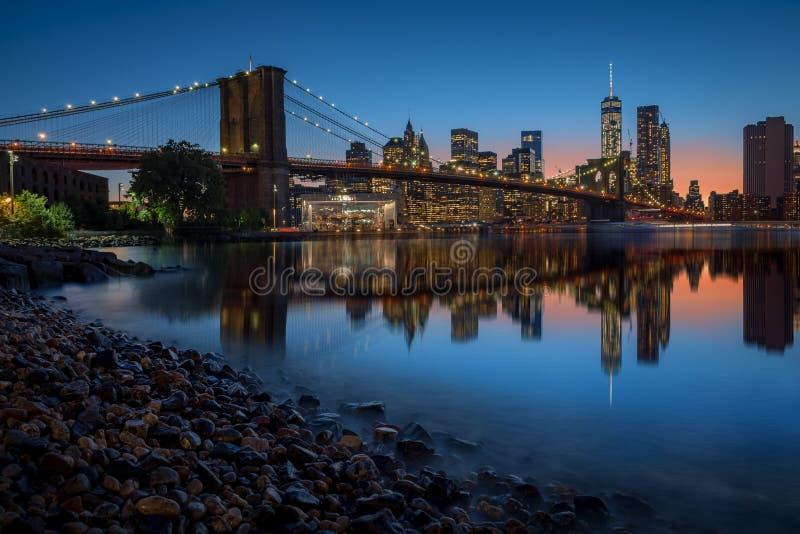 NYC地平线在晚上 库存图片