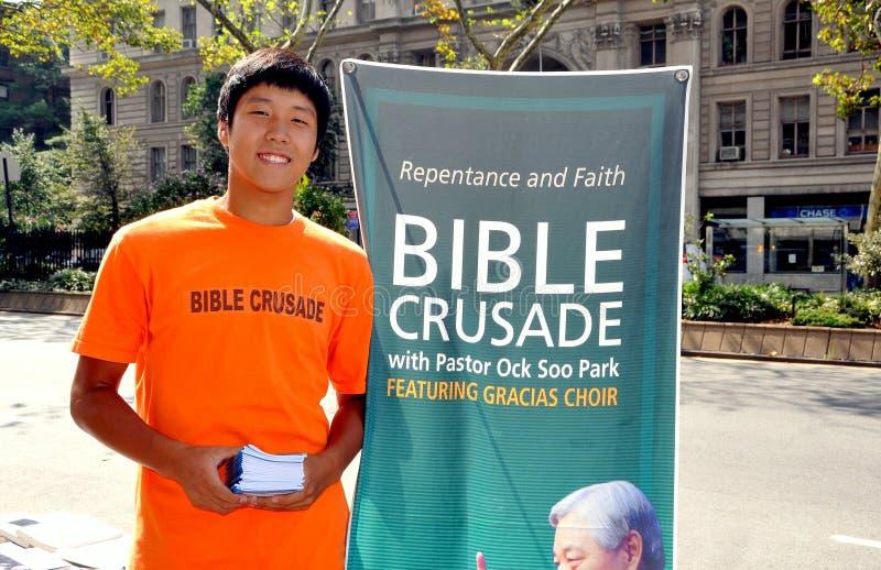 NYC: Ασιατική νεολαία στη σταυροφορία Βίβλων στοκ εικόνες
