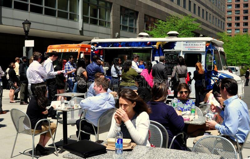 NYC: Εργαζόμενοι γραφείων που τρώνε το υπαίθριος μεσημεριανό γεύμα στοκ φωτογραφία με δικαίωμα ελεύθερης χρήσης
