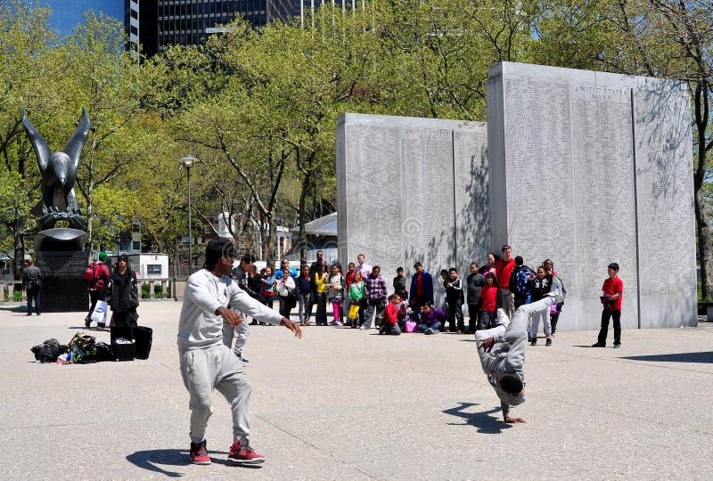 NYC: Οι χορευτές σπασιμάτων στην μπαταρία σταθμεύουν στοκ φωτογραφία