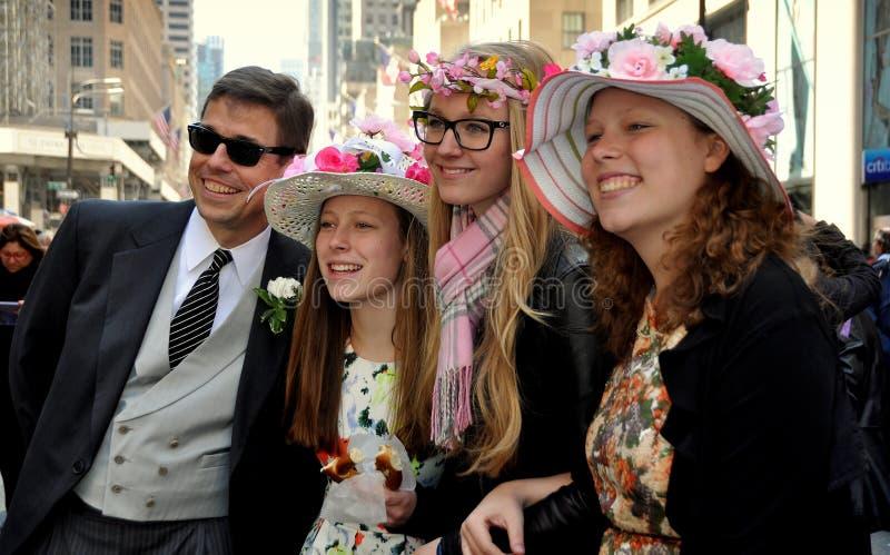 NYC: Люди на параде 2014 пасхи стоковое изображение