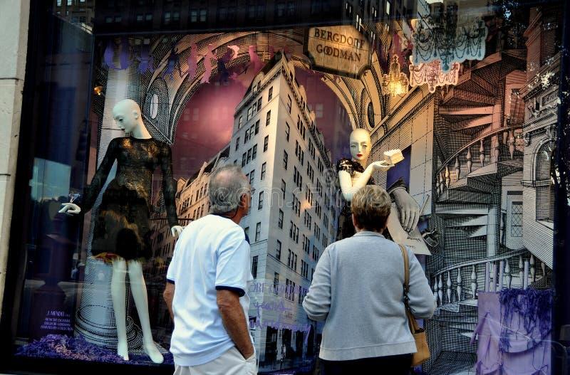 NYC: Окно дисплея Bergdorf-Главы семьи стоковое фото rf
