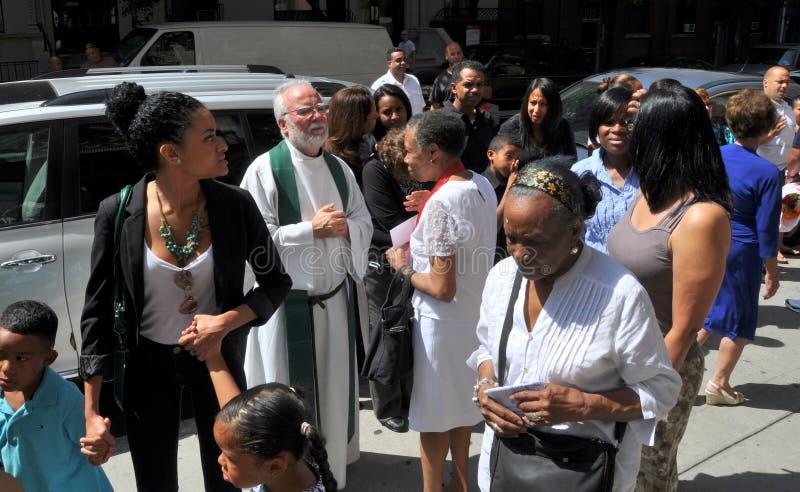 NYC: Прихожанин приветствию священника стоковое изображение rf