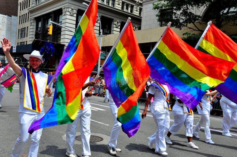 NYC :举着彩虹旗子的行军者在同性恋自豪日游行 免版税图库摄影