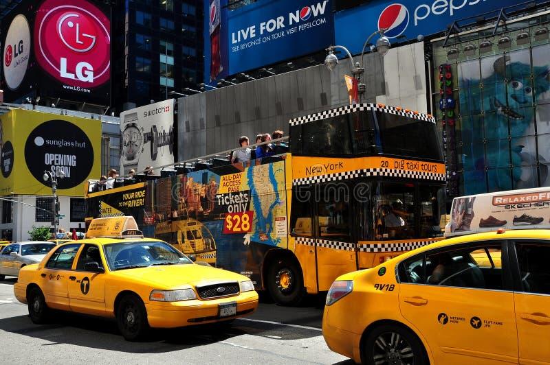 NYC :出租汽车和游览车在时代广场 免版税图库摄影