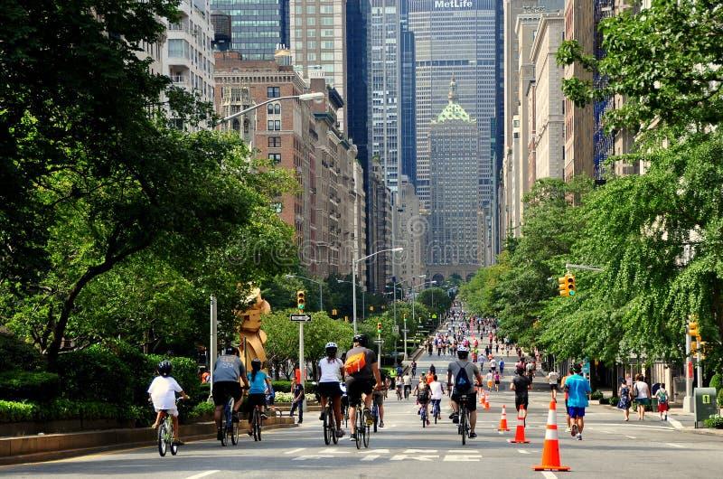 NYC :在夏天街道天的公园大道 免版税库存照片