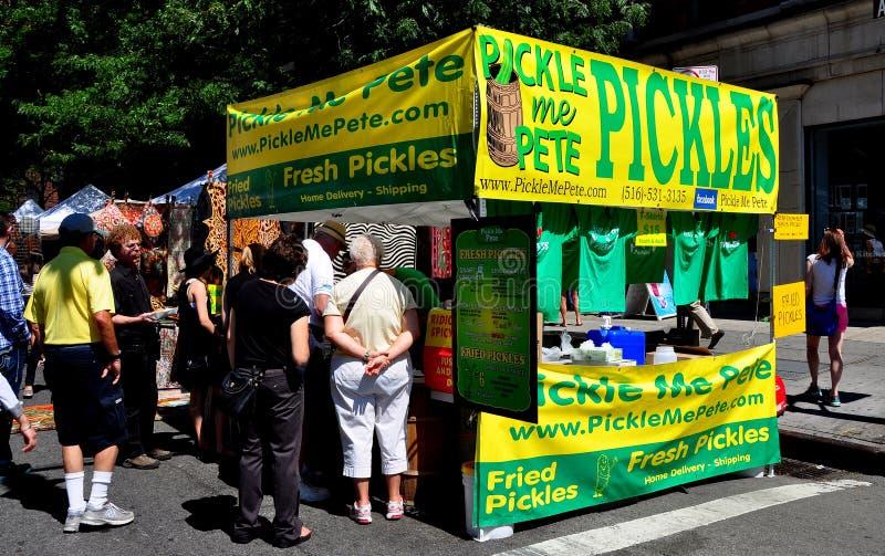 NYC :在街道市场的人买的腌汁 免版税库存照片