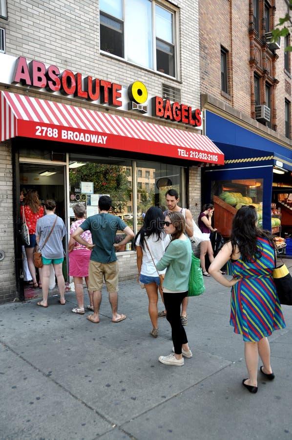 NYC : 人们排队采购百吉卷 库存图片