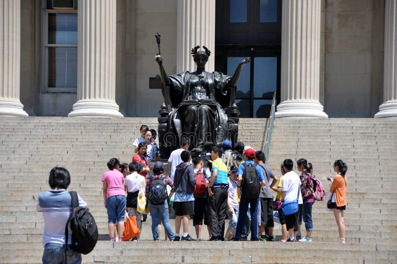 NYC : 在哥伦比亚大学的阿尔马Mater雕象 免版税库存照片