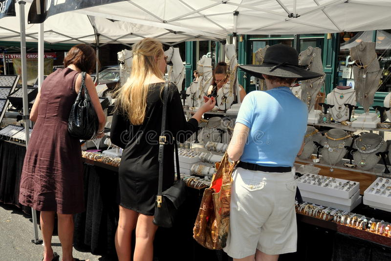 NYC : 在街道节日的三名妇女购物 免版税库存图片