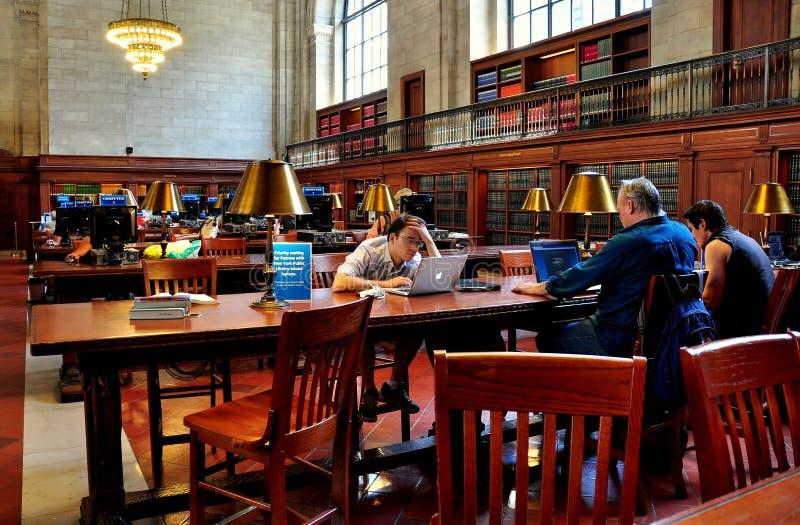 NYC :Peo; le在NY公立图书馆的Using Computers 库存照片