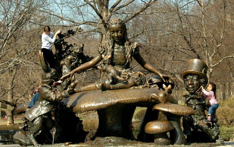 NYC: Alice in der Märchenland-Statue lizenzfreies stockbild