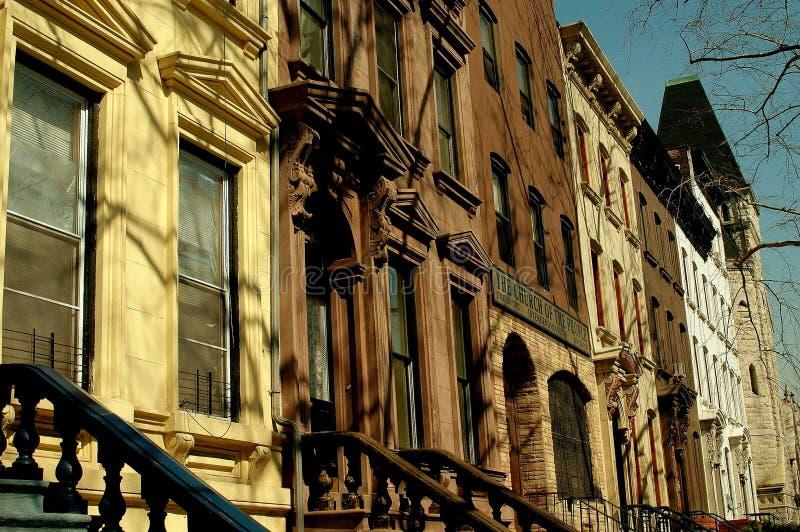 NYC: 130as areniscas de color oscuro del oeste de la calle en Harlem imagenes de archivo