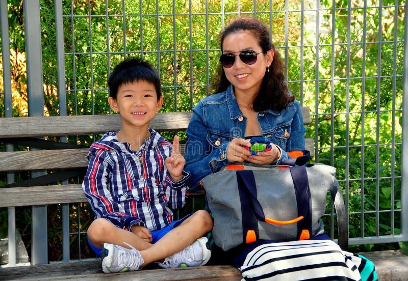 NYC: Aziatisch Kind en zijn Moeder royalty-vrije stock foto