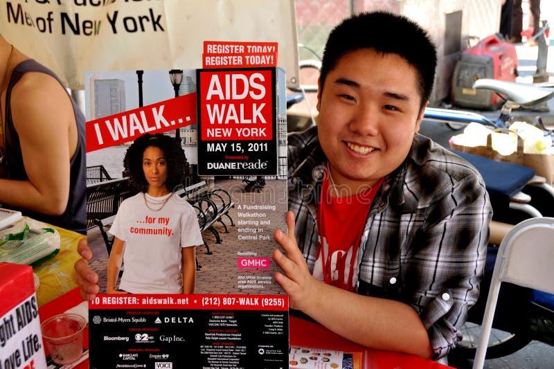 NYC: Aziatische Mens met het Teken van de Gang van AIDS royalty-vrije stock foto's