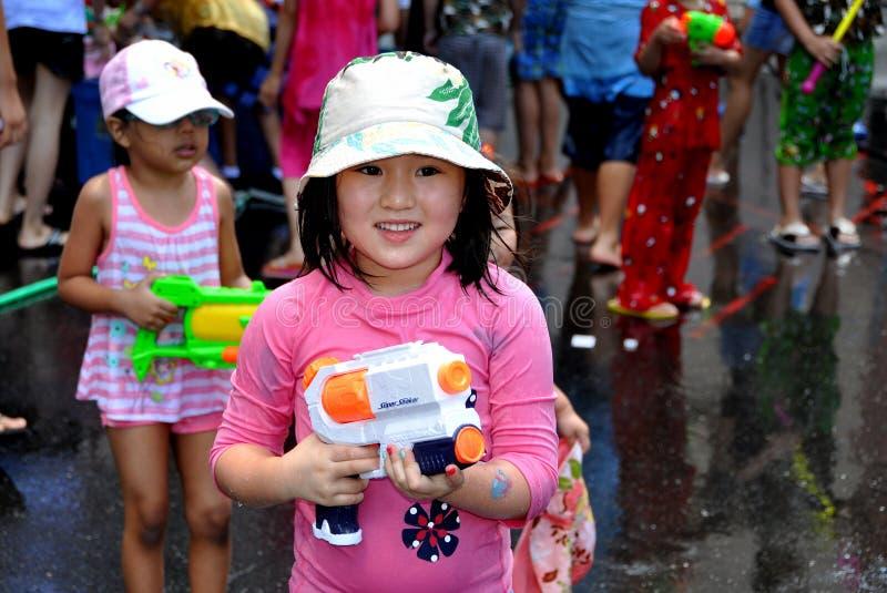 NYC: Bambina con la pistola di acqua immagine stock