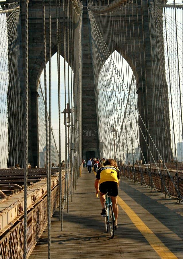 NYC: Bicyclist en el puente de Brooklyn fotos de archivo