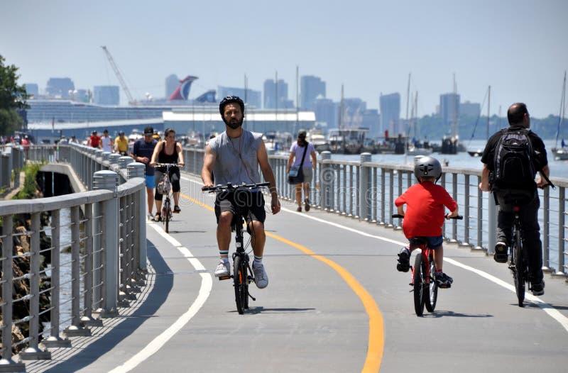 NYC: Bicyclists no trajeto da bicicleta do rio de Hudson foto de stock