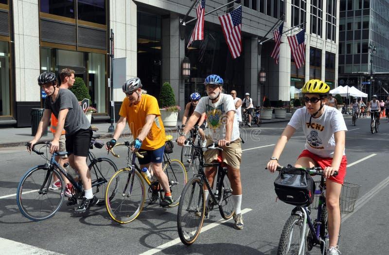 NYC: Bicyclists que desgastam capacetes fotografia de stock