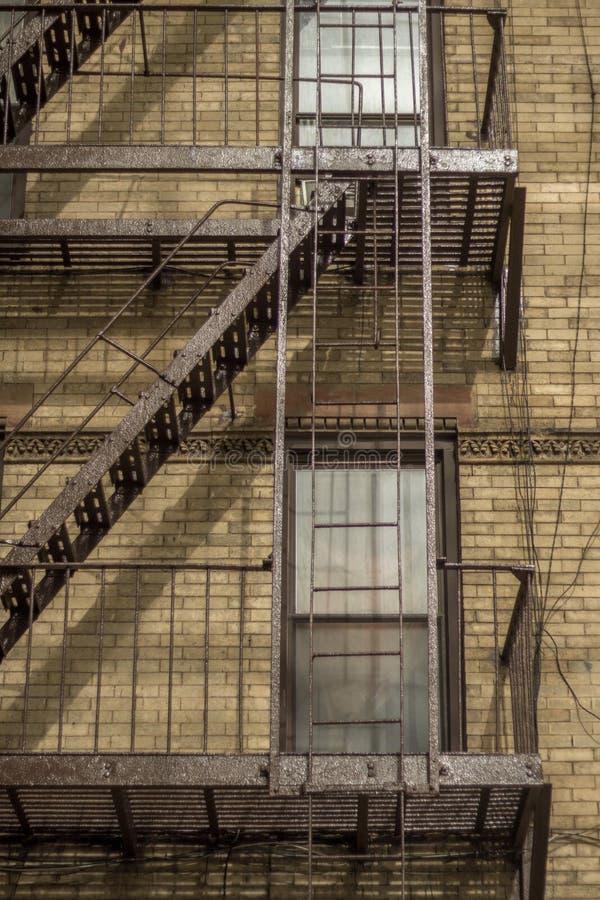 NYC-brandflykt med brun byggnad arkivbild