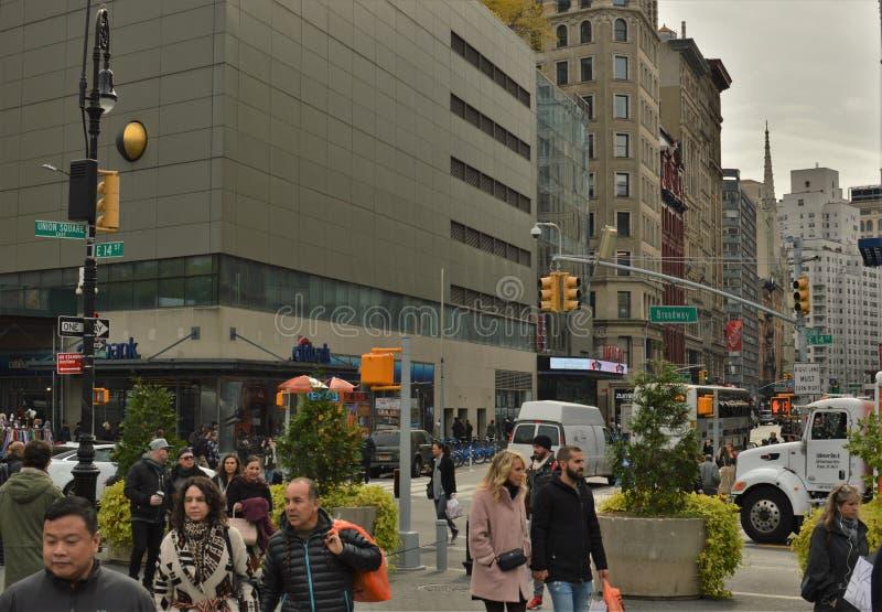 NYC Broadway ruas movimentadas de passeio e de compra de 14 povos de Union Square da rua fotografia de stock royalty free