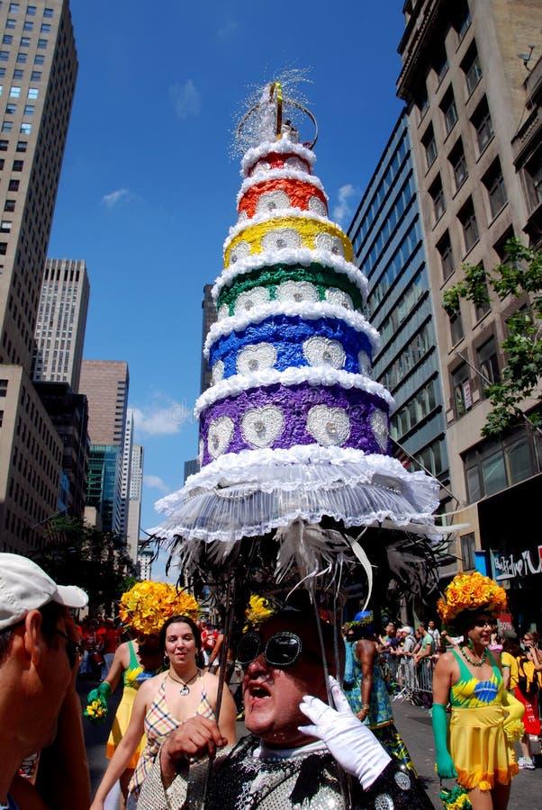 NYC: Chapéu do bolo de casamento na parada alegre do orgulho fotografia de stock