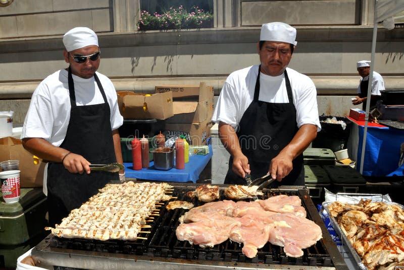 NYC: Cocineros que asan a la parilla las carnes en el festival fotos de archivo