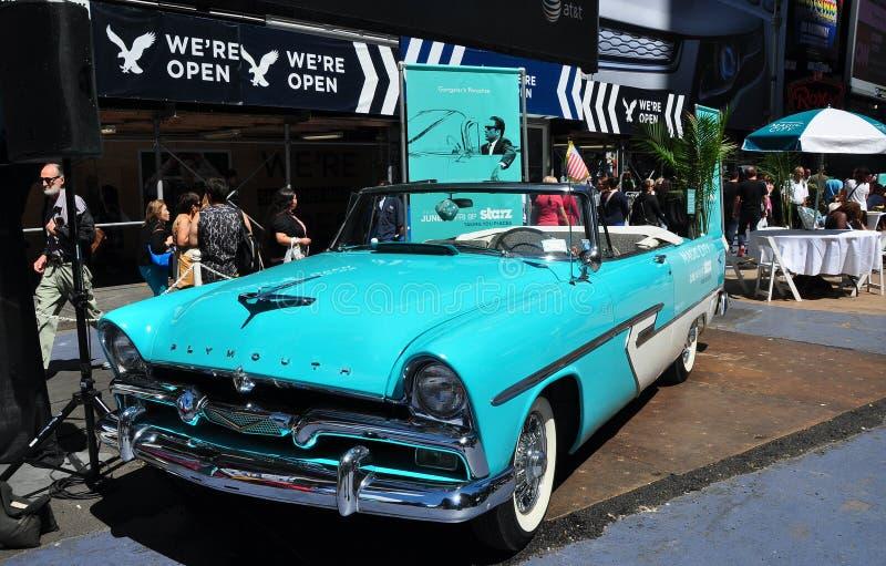 NYC: Convertible de Plymouth do vintage no Times Square foto de stock