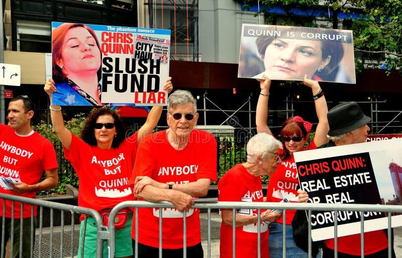 NYC: De Demonstratiesystemen Protesteren Kandidaat Met Betrekking Tot De Burgemeester Christine Quinn Redactionele Foto