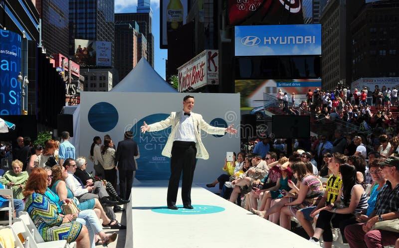 NYC: Desfile de moda del Times Square de la red de Starz TV imagen de archivo
