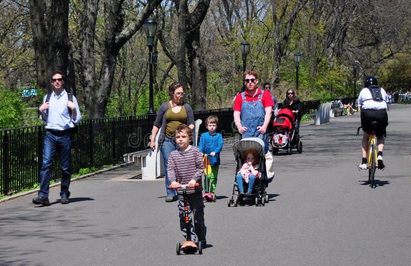 NYC: Famiglie nel parco della riva del fiume immagine stock libera da diritti