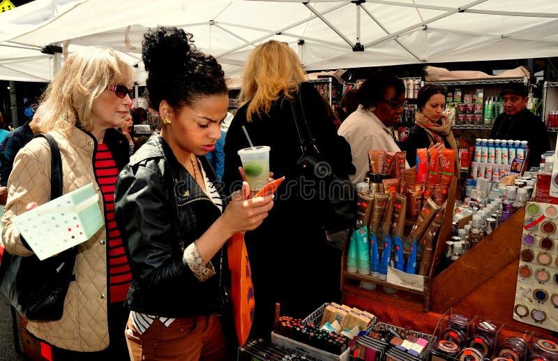 NYC : Femmes faisant des emplettes pour des cosmétiques photographie stock
