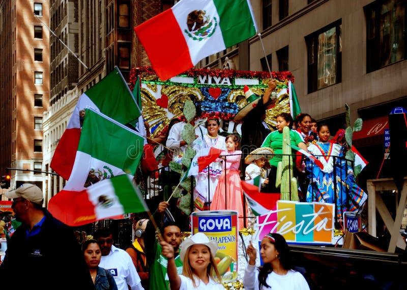 NYC : Flotteur coloré au défilé mexicain photo libre de droits
