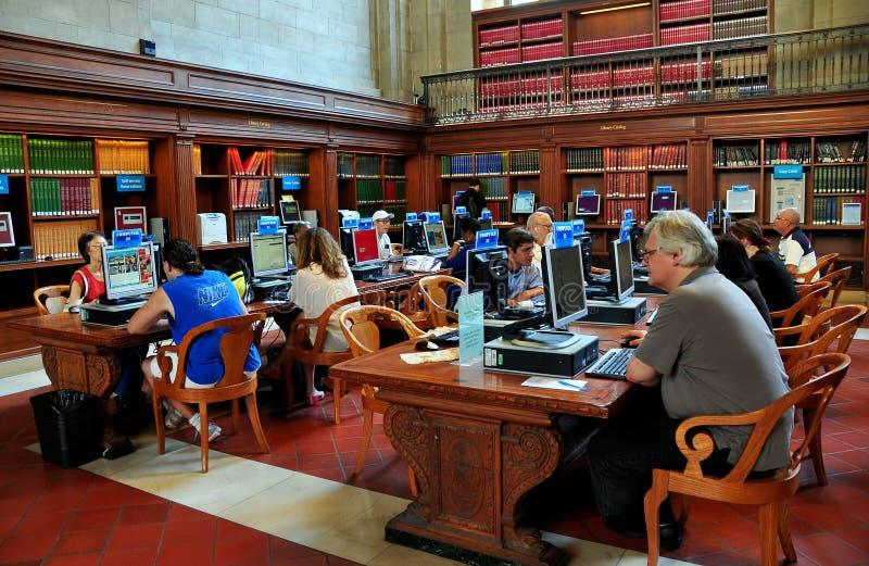 NYC: Folk med datorer på NY-offentliga biblioteket arkivbilder