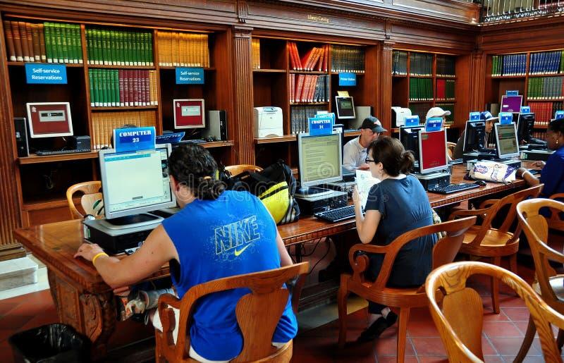 NYC: Folk som använder datorer på NY-offentliga biblioteket royaltyfri bild
