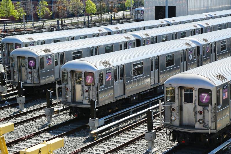 NYC-gångtunnelbilar i en bussgarage royaltyfri fotografi