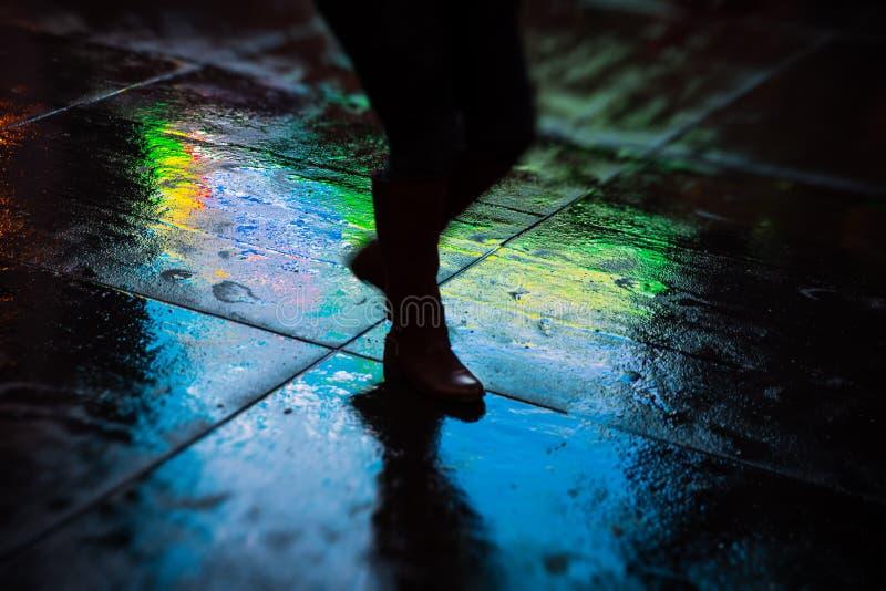 NYC-gator efter regn med reflexioner på våt asfalt royaltyfria foton