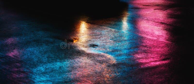 NYC-gator efter regn med reflexioner på våt asfalt royaltyfria bilder