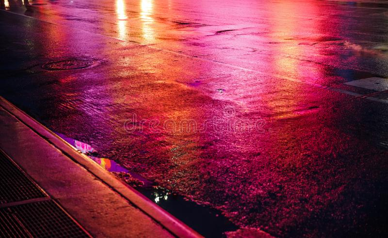 NYC-gator efter regn med reflexioner på våt asfalt arkivbild