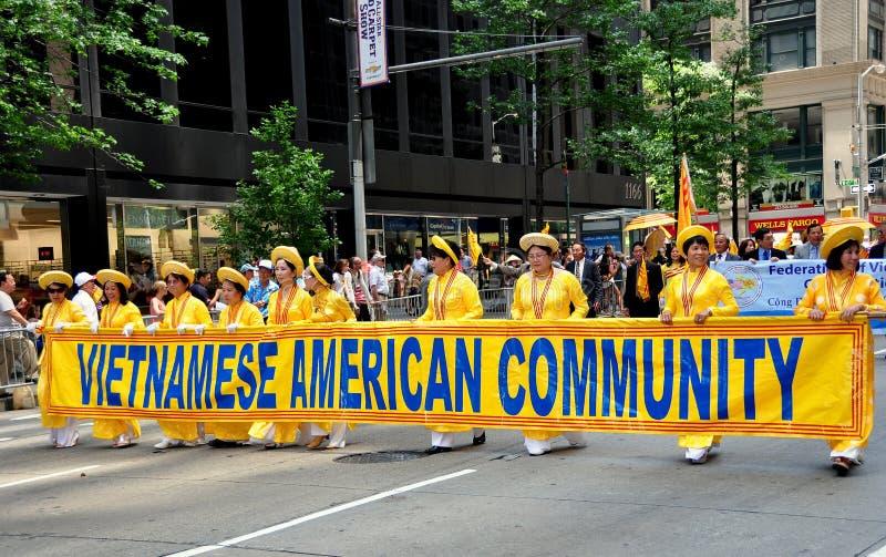 NYC: Het Vietnamese Marcheren in Internationale Immigrantenparade stock fotografie