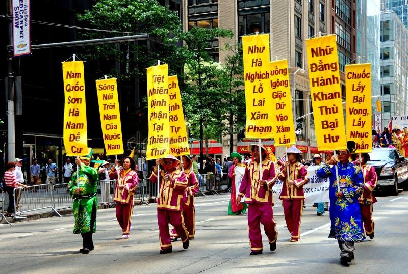 NYC: Het Vietnamese Marcheren in Internationale Immigrantenparade royalty-vrije stock afbeeldingen