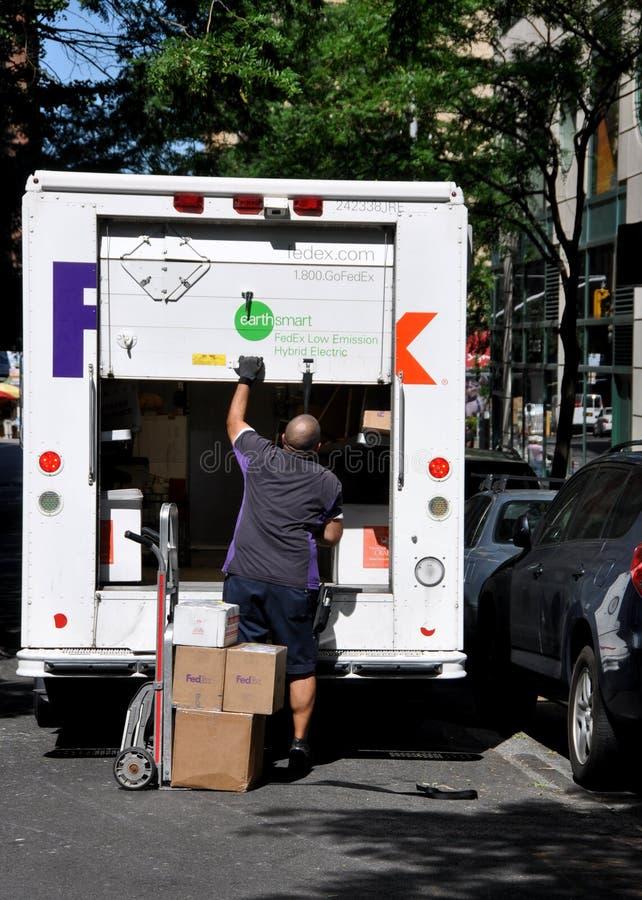 NYC: Homem e caminhão de entrega de FEDERAL EXPRESS